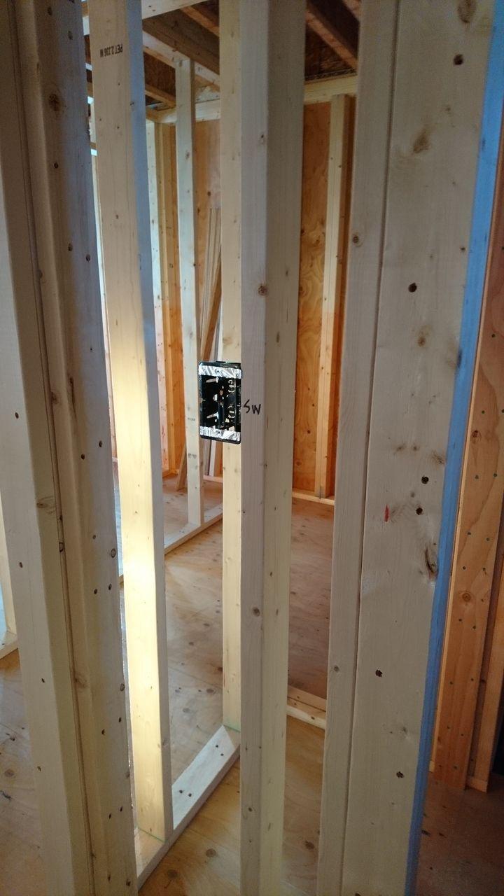 スイッチは床から1m20センチほどの高さに設置します。