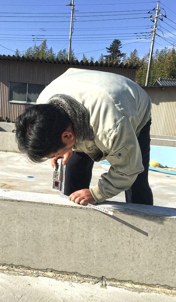 水平器を軸に基礎の数か所で測定します。