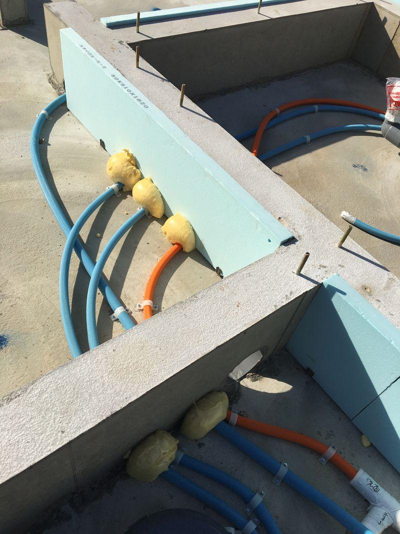 水道管の隙間を発砲ウレタンで塞いで熱損失をカバーして下さいました。